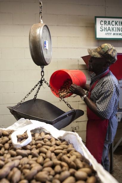 Tucker Pecan Weigh Nuts